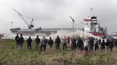 タンカーの進水式見てたら波が大きくてビックリしちゃう動画