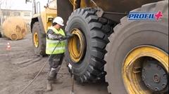 巨大ダンプトラックのタイヤ交換方法