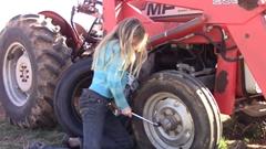 11歳の美少女「ひとりでトラクターのタイヤを交換します!」