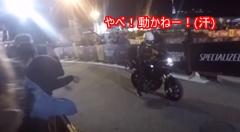 コースのど真ん中で立ち往生したバイクのせいで自転車レースがとんでもない事になっちゃう動画
