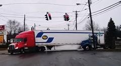 トラック「トレーラーの左側が空いてるからそっちを通ろう」→クラッシュ