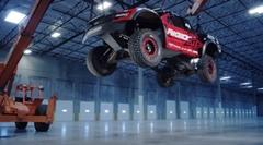 オフロードカーを落下させてサスペンションの凄さを垣間見る動画