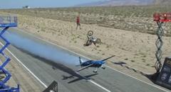 すげー!飛行機とバイクと綱渡りが同時にクロスしちゃう動画