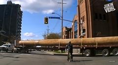 超長い丸太を積んだトレーラー「交差点を曲がりますよ~」
