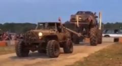 ジープ vs モンスタートラック 綱引き対決したらクラッシュしちゃった動画