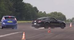 720馬力のシェルビー マスタング GT500 がドラッグレースでタコっちゃう動画