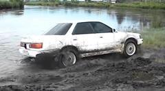 トヨタ ビスタ 泥にハマって抜けられなくなる