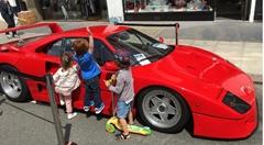 ガキ「ここに乗ると中がよく見えるよ」 →フェラーリ F40 のサイドステップでした