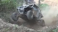 オフロードカーが山の斜面を激しく転げ落ちちゃう動画