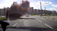 普通に道路を走ってたら突然なにかが爆発しちゃうビックリ動画