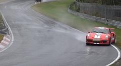 ポルシェ 991 GT3 RS が雨のニュルでクラッシュしちゃう動画