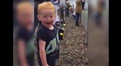 バイクレースを観戦して興奮しまくりな男の子がカワイイwwwっていう動画