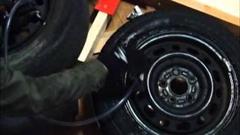 この手があったか!チーターも爆発も使わずタイヤのビード上げをする方法がわかる動画