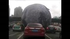 月が道路を転がっちゃうビックリ動画