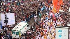 お祭りで盛り上がるインドの群衆のど真ん中を救急車が通る動画