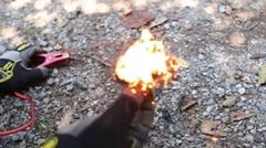 車のバッテリーで火を起こす方法がわかる動画
