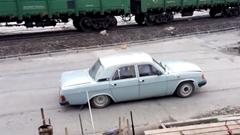 オンボロカーの乗車人数が予想外な動画