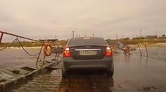 橋の上をトラックが通ると他の車がビビる理由