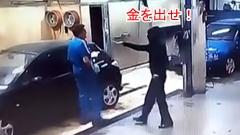 ナイフを持った強盗が逆に洗車をさせられちゃう動画