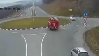 ロシアの消防車のラウンドアバウトの通り方