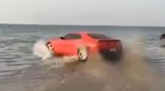 シボレー カマロの波打ち際ウォータードーナツターン
