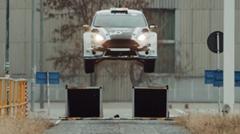 フォード フィエスタがルーマニアの工場内を暴れまわっちゃう超絶ドリフト動画