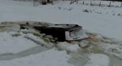 ランクルで氷湖ドリフト楽しすぎwww → 氷が割れて水没
