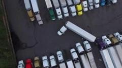 トレーラー大変すぎ!狭い駐車スペースになんとか止めようと頑張るトレーラー