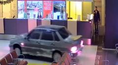 麻薬やべ! → ロシア カザン国際空港のターミナル内を車で爆走