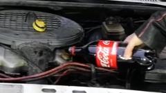 エンジンオイルの代わりにコカ・コーラを入れてみた実験動画