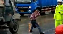 道路の真ん中で警官と戦うカンフー使いwww