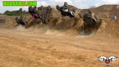 四輪バギーが5台同時バックフリップに挑戦しちゃう動画