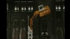 ショベルカーが垂直の塔を登っちゃうスゴ技動画