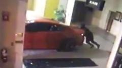 ディーラーからダッジ チャージャーSRTヘルキャットが盗まれる瞬間を捉えた動画