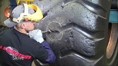 巨大タイヤのパンクはどうやって修理するかわかる動画