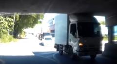 トラック「この高さならいける!」→クラッシュ