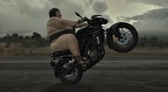 力士がバイクでウイリーしちゃうバジャージの面白CM