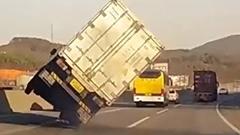 あぶねー!あわや横転しそうになったトラックのナイスリカバリー動画