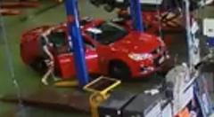 堂々としすぎて逆に怪しまれずにディーラーの工場から車を盗んじゃう大胆な泥棒