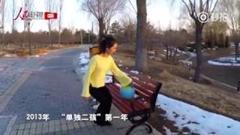 女性が普通に歩いてるけど実は逆再生な中国動画