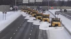 連携プレイで雪を受け流す除雪車軍団