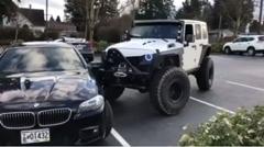 車線をまたいで止める自己中BMWを親切に直してあげるジープ
