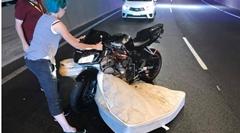落ちたマットレスがバイクにスポっとハマっちゃう珍動画