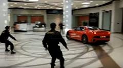 フェラーリ カリフォルニアがショッピングセンターの中で大暴れしちゃう動画