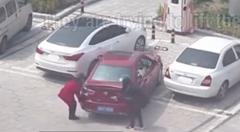 駐車場に入れられない女性二人組が四苦八苦しちゃう動画