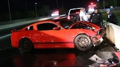 シェルビー GT500 がドラッグレース中にクラッシュしちゃう動画
