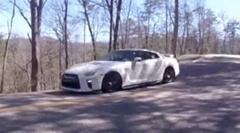 買ったばかりの日産 GT-R がクラッシュしちゃう動画