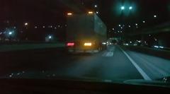 ポルシェ ケイマン GT4 が首都高を爆走してトラックと接触寸前動画