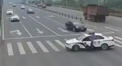 優しい世界 強引に車線をブロックしてお年寄りを渡らせてあげる警官