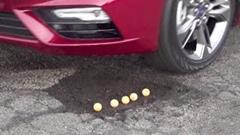 道路の穴にタイヤが落ちないフォードのテクノロジー
